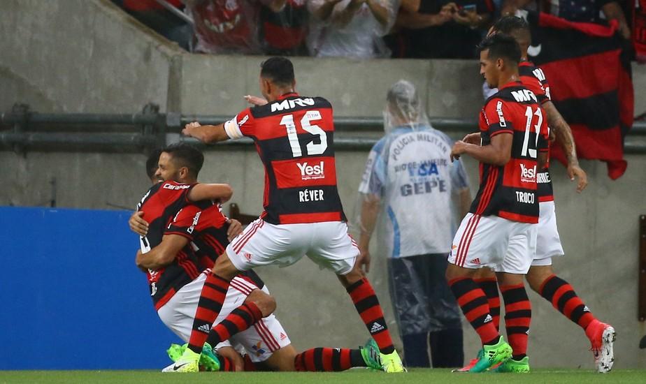 Fla começa fulminante, leva sufoco do Atlético-PR, mas sai com vitória e liderança