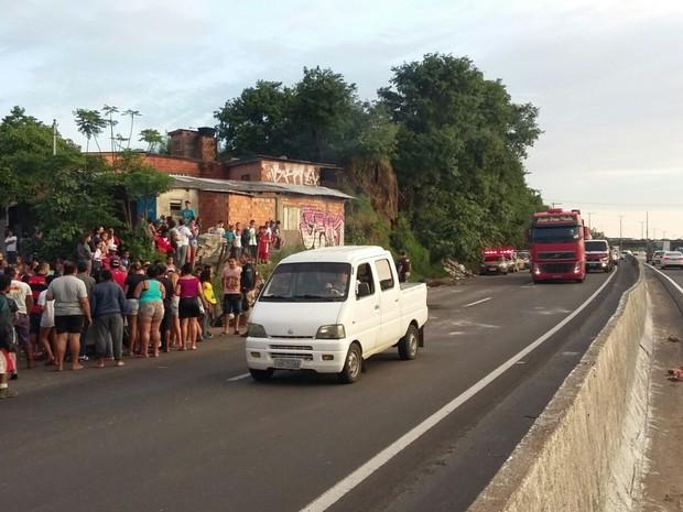 Polícia acompanhou protesto de moradores, que reclamaram da falta de luz no local. (Foto: PRF/Divulgação)