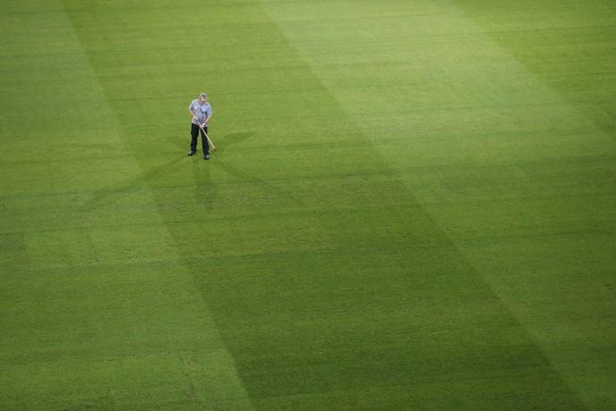 Funcionário do estádio Pierre Mauroy, em Lille, cuida da grama (Foto: REUTERS/Carl Recine)