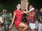 Gracyanne Barbosa usa vestido curtíssimo em noite de samba