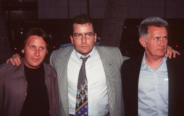 Esta é uma família de grandes atores: Emilio Estevez (à esq., famoso por filmes dos anos 80 como 'Clube dos Cinco', de 1985), Charlie Sheen (no meio, atualmente lembrado pelo trabalho na sitcom 'Two and a Half Men') e o paizão Martin Sheen, com um Globo de Ouro e quase 250 produções no currículo. A foto é de maio de 1996. (Foto: Getty Images)
