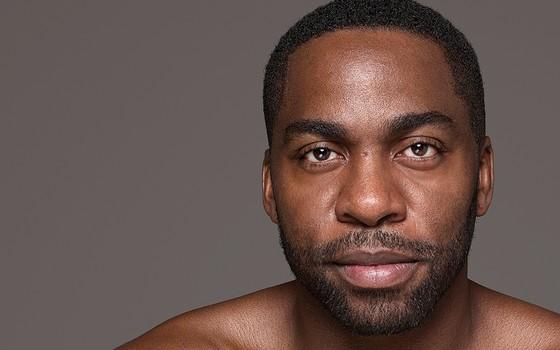 Lázaro Ramos. O ator lança seu primeiro livro, Na minha pele, sobre sua vivência e questões raciais (Foto: Bob Wolfenson)