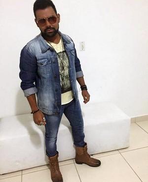 Pablo com suas peças favoritas: bota e jeans (Foto: Arquivo pessoal)