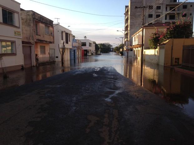 Itaqui amanheceu com sol neste domingo (6) e nível do rio continua a baixar (Foto: Estêvão Pires/G1)