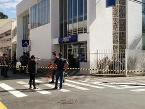 Agência do Mercantil do Brasil foi assaltada nesta sexta-feira, 1° (Foto: Victor Gomes/ TV TEM)