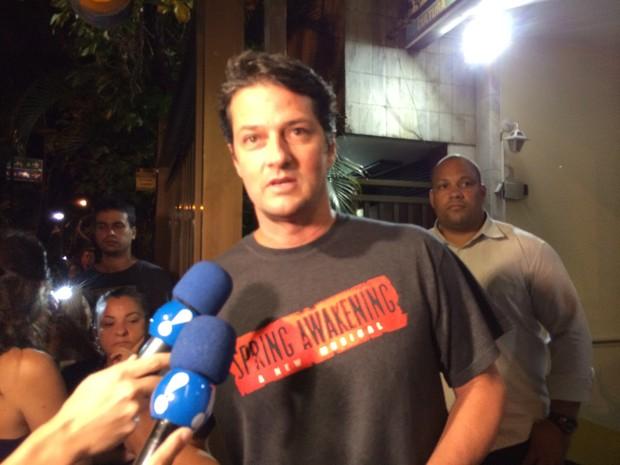 Marcelo Serrado chegou depois das 23h no velório de Wilker (Foto: Daniel Silveira / G1)