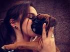 De folga, Bruna Marquezine alimenta peixes e beija cachorrinho