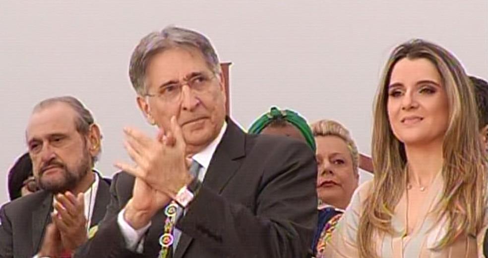 Governador de Minas Gerais, Fernando Pimentel, ao lado da mulher Carolina Oliveira, na entrega da Medalha da Inconfidência. (Foto: Reprodução/Rede Minas)