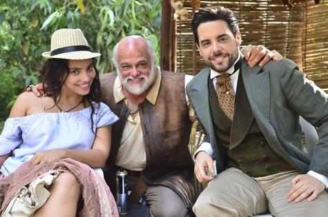 Gabriela Moreyra e Pedro Carvalho posam com Jayme Periard (Foto: Antonio Chahestian/Rede Record)