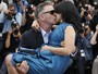 Alec Baldwin agarra e beija sua mulher em lanamento de filme