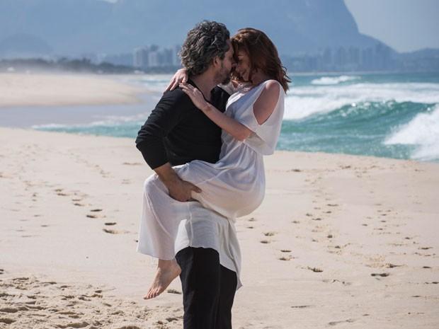 Zé Alfredo e Maria Isis em clima de romance na praia (Foto: Raphael Dias/TV Globo)