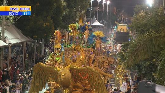 Folia e frio marcam o carnaval fora de época de Uruguaiana