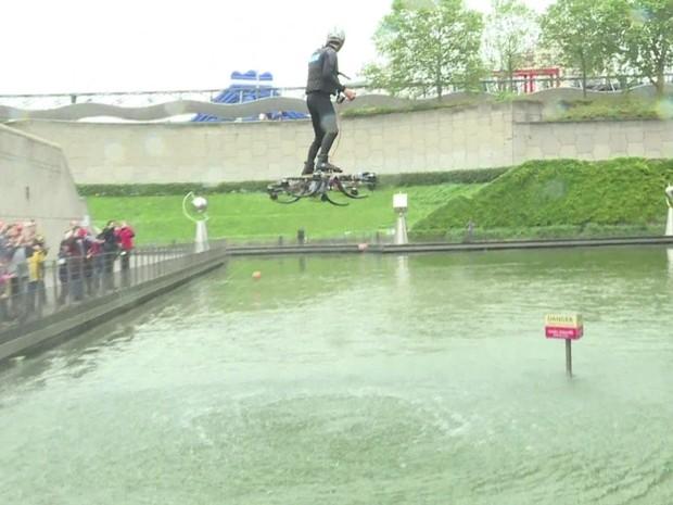 Canadense Alexandru Duru exibiu seu skate voador durante uma feira em Paris (Foto: BBC)