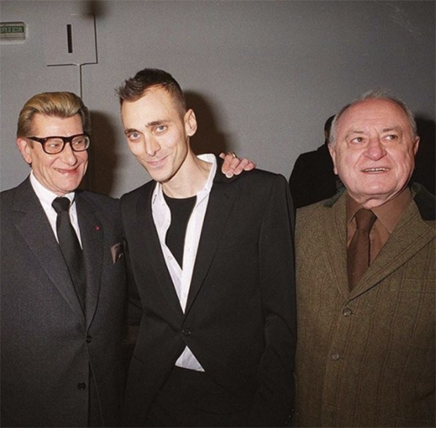 Pierre Bergé with Yves Saint Laurent and Hedi Slimane in 2001 at the Christian Dior catwalk show (Foto: @SUZYMENKESVOGUE)