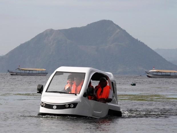 Engenheiros testam a 'Salamandra', um triciclo anfíbio movido a gasolina, na cidade de Batangas, nas Filipinas. O veículo, criado pela H20 Technologies, é capaz de viajar em terra e água e pode ser usado para operações de resgate quando há inundações (Foto: Romeo Ranoco/Reuters)