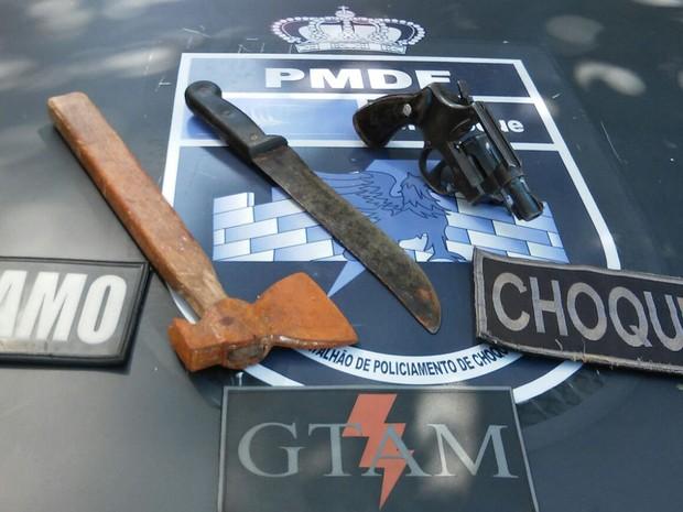 Pai e filho são detidos por porte ilegal de arma e munição, no DF