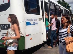 Ônibus voltam a circular no bairro de Stela Maris, em Salvador (Foto: Juliana Almirante/G1)
