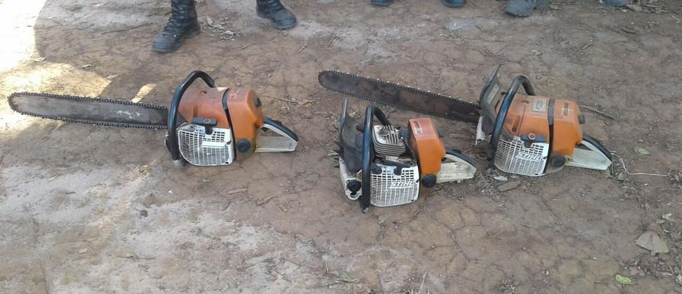 Três motosserras localizadas pela polícia em área desmatada foram apreendidas (Foto: Divulgação/PM-MT)
