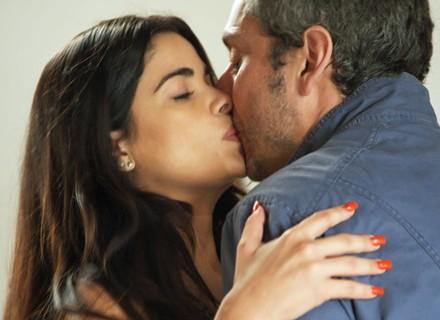 Romero e Tóia se atrapalham e dão beijo inesperado