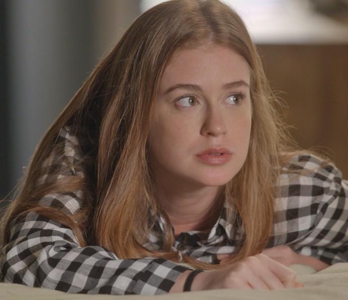 Eliza escuta mais uma das histórias de Stelinha (Foto: TV Globo)