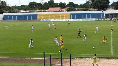 Lance entre Maracaju e Novoperário no estádio Loucão (Foto: Alexandre Cabral/TV Morena)