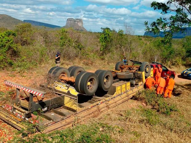 Caminhão tombou na BR-242, trecho do município de Palmeiras (Foto: Tony Gama / Blog Braga)