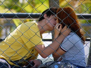 Junior beija Giovana