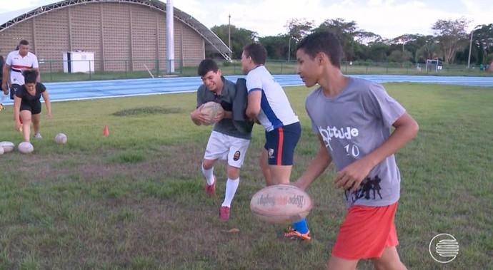 Apresentador do GE participa de seletiva de rúgbi  (Foto: TV Clube)