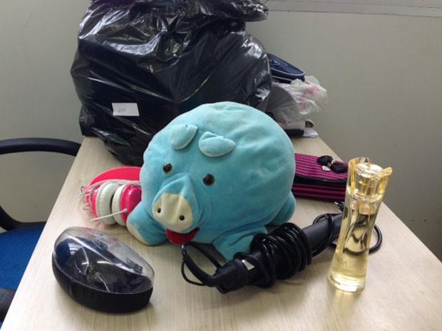 Bicho de pelúcia, frasco de perfume, fone de ouvido e até bicho de pelúcia estão entre os objetos deixados no guarda-volumes da Cidade do Rock (Foto: Káthia Mello / G1)