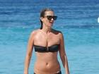 Kate Moss troca passarela por praia e 'desfila' de biquíni nas areias de Ibiza