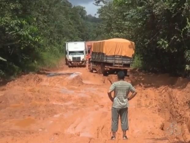 Trânsito de veículos na estrada está restrito desde o dia 3 de julho (Foto: Reprodução/TV Amapá)