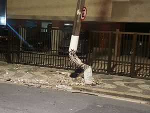 Poste de luz ficou destruído após colisão em Santos, SP (Foto: G1)