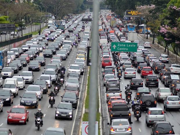 Trânsito intenso na Avenida 23 de Maio, próximo ao Parque do Ibirapuera, zona sul de São Paulo, na véspera de feriado prolongado (Foto: Levi Bianco/Brazil Photo Press/ Estadão Conteúdo)