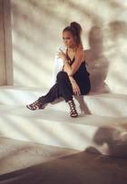 Jennifer Lopez capricha no carão em ensaio de moda