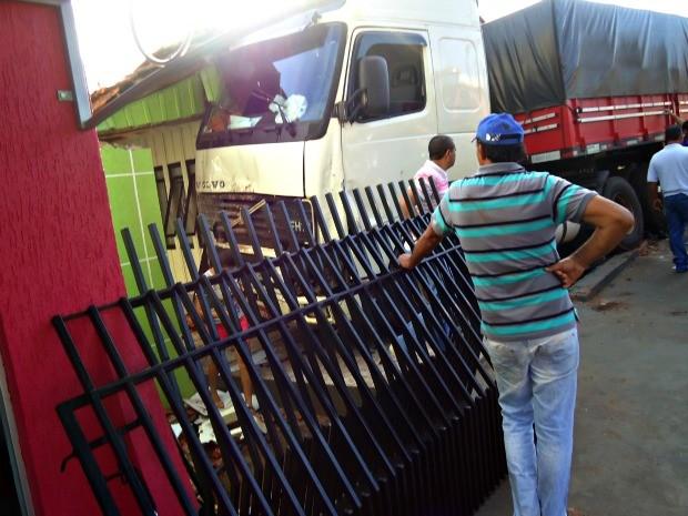 ccarreta desgovernada invade casa em Sete Quedas, MS (Foto: Salatiel Assis/Educadora 91)