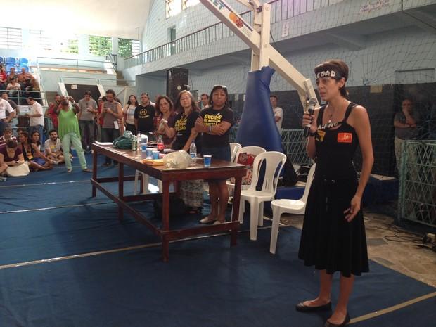 Ativista Sininho chora e pede para professores do Rio continuarem com a greve (Foto: Káthia Melo/G1)