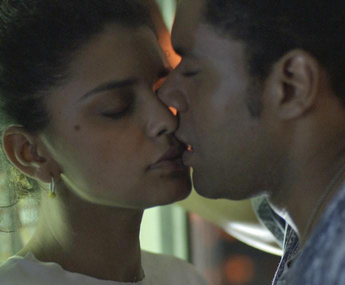 Gabi cede às investidas de Tadeu e o beija! (Foto: TV Globo)