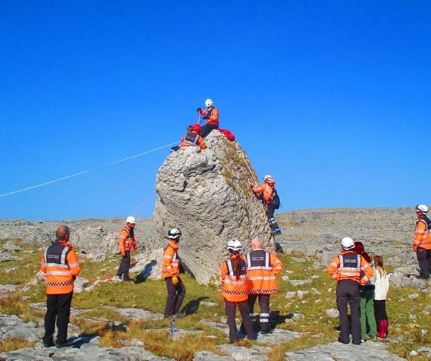Criança gavia subido no topo de rocha de cinco metros, mas, depois, foi incapaz de descer (Foto: Reprodução/Facebook/Doolin Coast Guard)