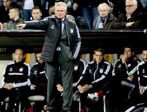 Jupp Heynckes técnico do Bayern de Munique com os jogadores no banco de reserva (Foto: AFP)