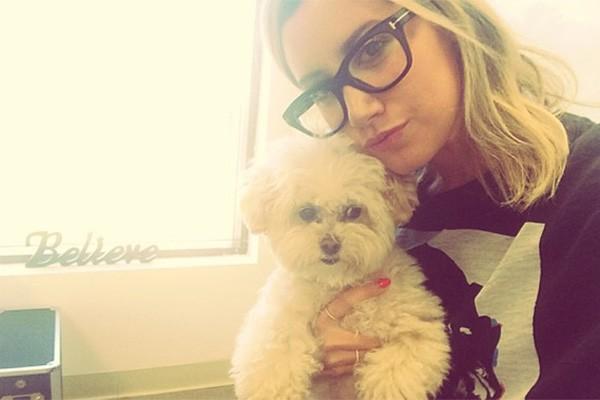 """Ashley Tisdale ganhou sua cachorrinha Maui no início de 2012 e desde então elas são inseparáveis. """"Ela é minha melhor amiga, a melhor cachorra do mundo"""", disse Ashley em vídeo do seu canal do Youtube. (Foto: Reprodução/Instagram)"""