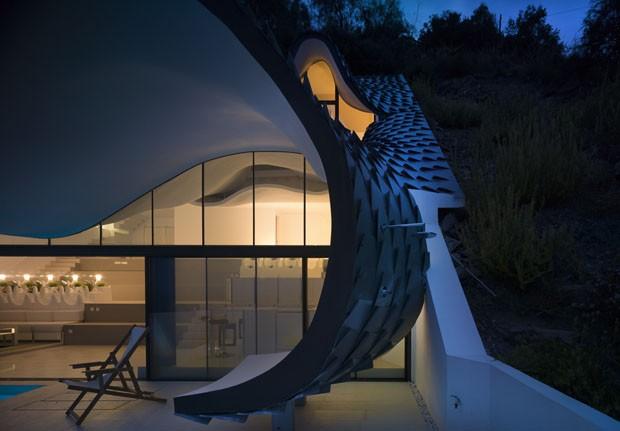 Com telhado ondulado, casa é inspirada na arte de Gaudí (Foto: Jesus Granada/Divulgação)