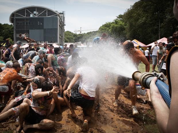 Veteranos jogam água em calouros da Escola Politécnica da USP (Foto: Caio Kenji/G1)