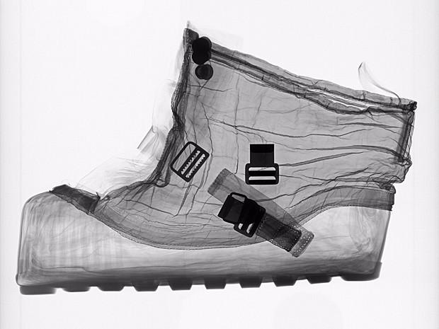 Raio X de bota extraveicular projetada para ser usada sobre calçado do astronauta Alan Shepard, da missão Apollo 14, enquanto ele caminhava pela Lua, em fevereiro de 1971 (Foto: Mark Avin/Museu Nacional do Ar e do Espaço do Instituto Smithsonian/AP)