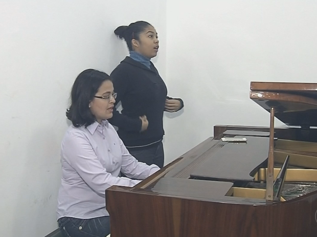 Menina estuda música em Marília (Foto: Reprodução/TV TEM)