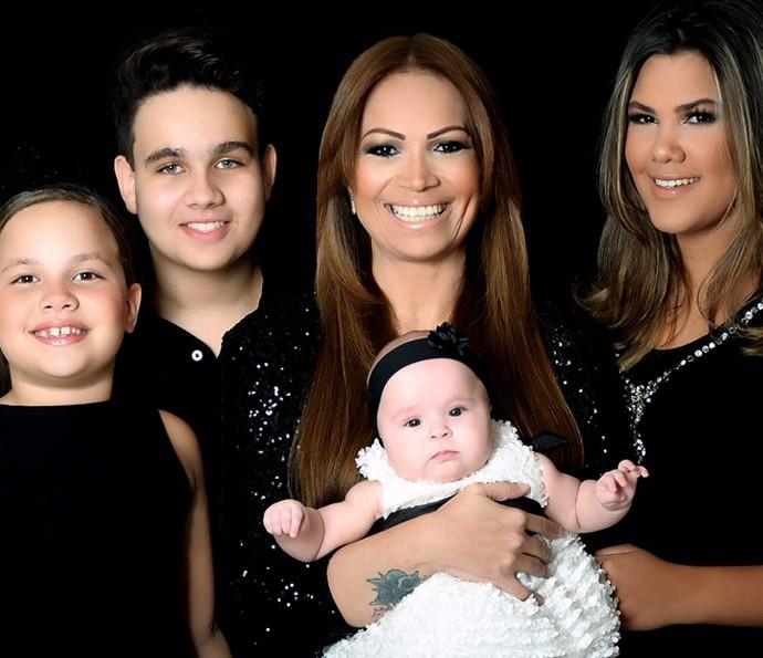 A cantora Sol, do Aviões do Forró, exibe orgulhosa os quatro filhos (Foto: Arquivo Pessoal)