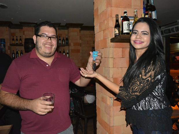 Após ingerir bebida alcoolica, Maicon passa a chave do carro para a esposa dirigir (Foto: Mary Porfiro/G1)
