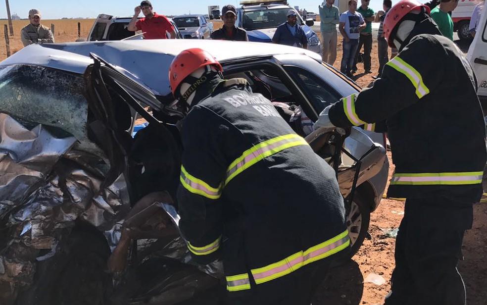 Corpo de uma das vítimas precisou ser retirado pelo Corpo dos Bombeiros (Foto: Divulgação/ Corpo dos Bombeiros)