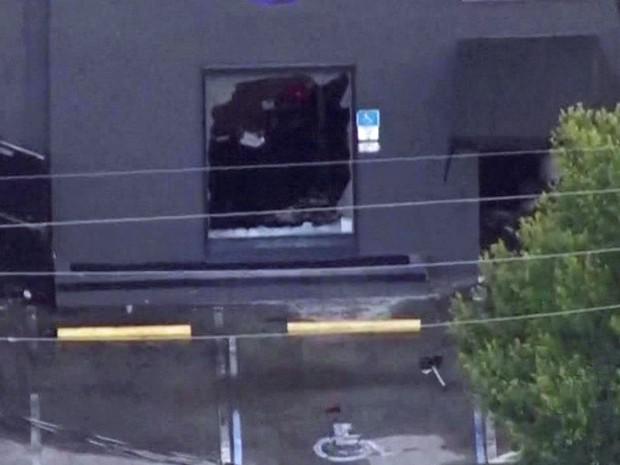 Janela quebrada em boate de Orlando (Foto: GloboNews)