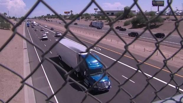 Um atirador misterioso vem aterrorizando motoristas em um estrada nas imediações da cidade americana de Phoenix, no Estado do Arizona (Foto: BBC)