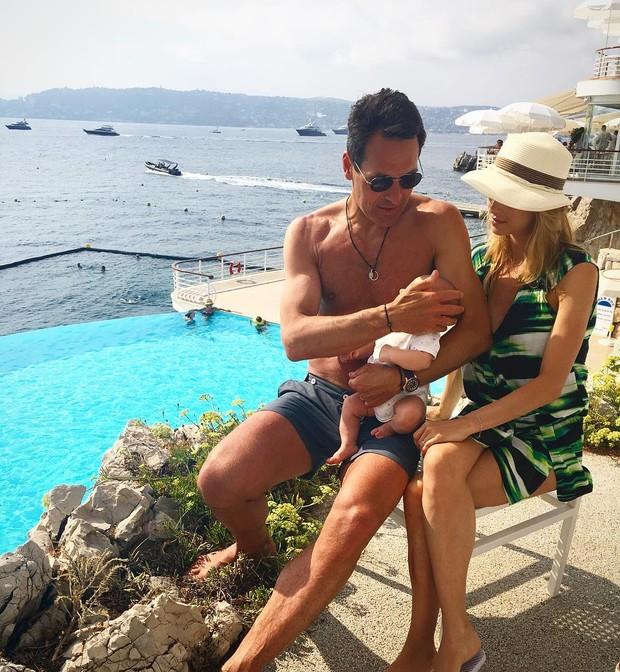 Luiza Valdertaro curte férias com família (Foto: AFP)